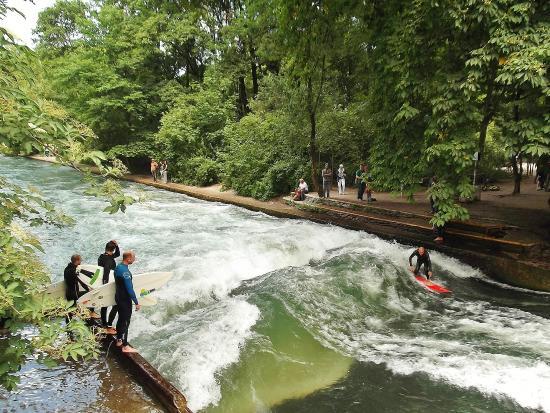 Surfen auf dem Eisbach - Billede af English Garden, München - TripAdvisor
