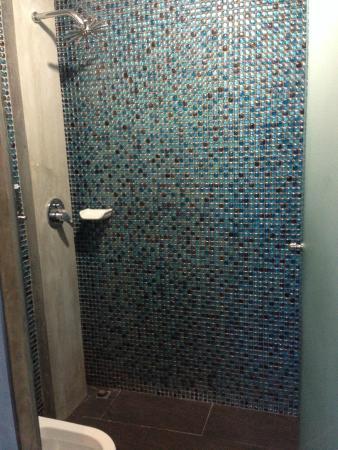 Blutique Hotel : Clean bathroom