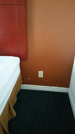 Days Inn Flagstaff I-40: Bad paint job