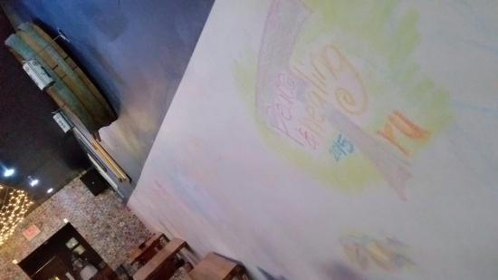 Sto's Bar & Restaurant: Chalk to color the wall :)