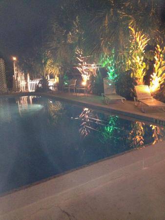 Amber Tides Motel: Pool at night