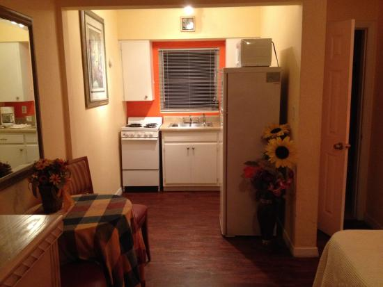 Amber Tides Motel: Kitchen and dining area