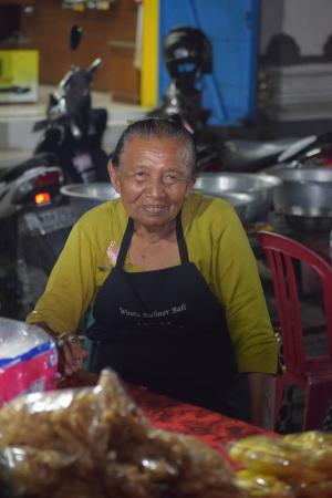 Gianyar Street Night Market: A local lady who was cooking our dinner in a market stall