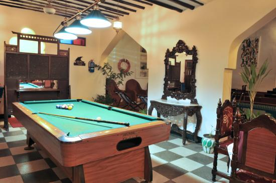 Dhow Palace Hotel: Pools Table
