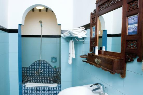 Dhow Palace Hotel: Ensuite Bathroom
