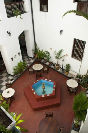 Dhow Palace Hotel: Central Courtyard
