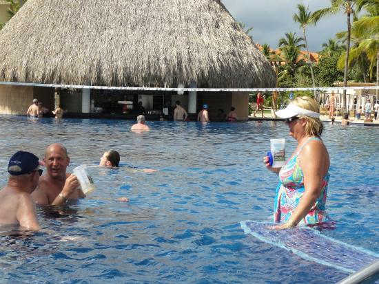 La piscine a d bordement avec le bar a votre sant for Bettembourg piscine