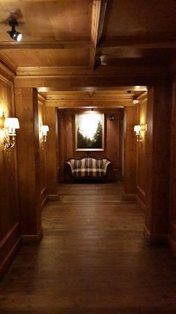 Hotel Miramonti : Un des nombreux couloirs tous décorés avec charme