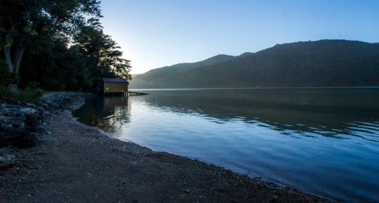 Anakiwa 401 : lake in front of anakiwa