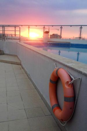 Hotel Avenida: Sunset by the pool