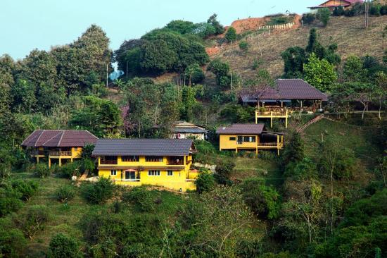 Maesalong Mountain Home: Вид на отель со стороны