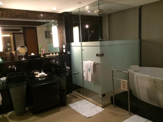 Banyan Tree Bangkok: Double sinks, separate toilet & shower cum steam room & bathtub
