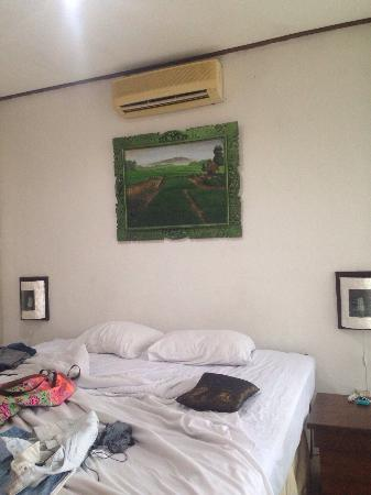 The Seminyak Village: Aircon works,but needs a clean