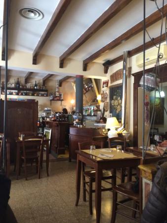 Ristorante Taverna Mascarella: Il banco e la cassa visti dalla sala esterna