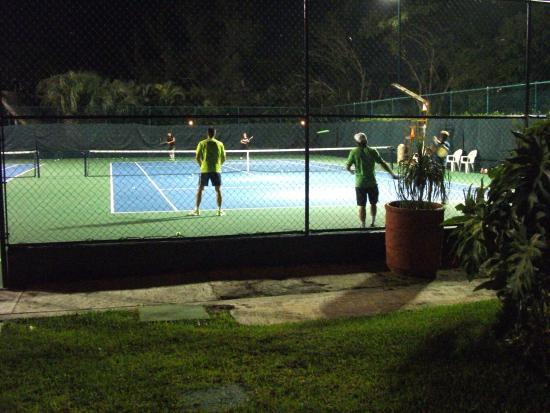 Le terrain de tennis allegro playacar picture of for Dimension d un terrain de tennis