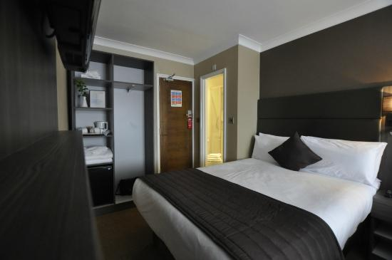 Brunel Hotel: Refurbished standard double bedroom