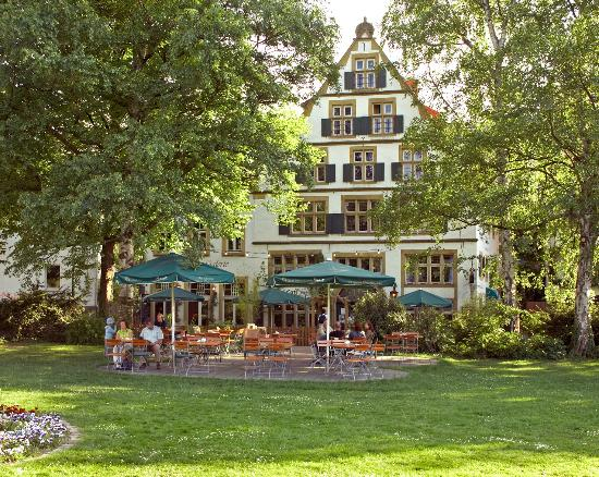 Galerie-Hotel: Blick vom Park aus, mit Sommerterrasse im Vordergrund