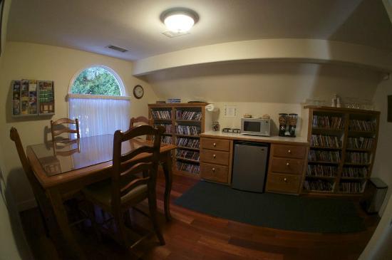 Yosemite Big Creek Inn: Common Space upstairs - complimentary Coffee, Snacks, Movies