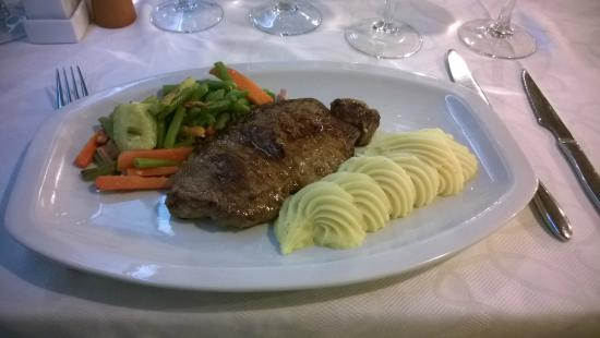 Restaurante Chipi Chipi: sirloin steak with mashed potatoes and vegetables