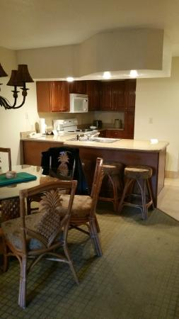 Polynesian Isles Resort: Small but functional kitchen and dining area
