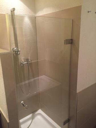 Leimer Hotel: Badewanne & Dusche