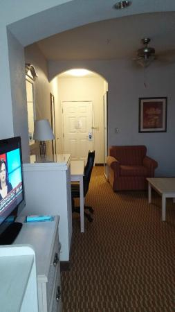 BEST WESTERN Palo Duro Canyon Inn & Suites: Nice arches between the entry, suite and bed in this room