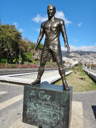 c12c665767f41 EStátua de Cristiano Ronaldo - Foto de Avenida do Mar, Funchal ...