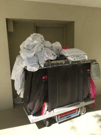 Hilton Key Largo Resort: Dirty linen on cart with clean linen.