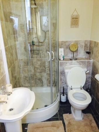 White Guest House: Newly refurbished bathroom
