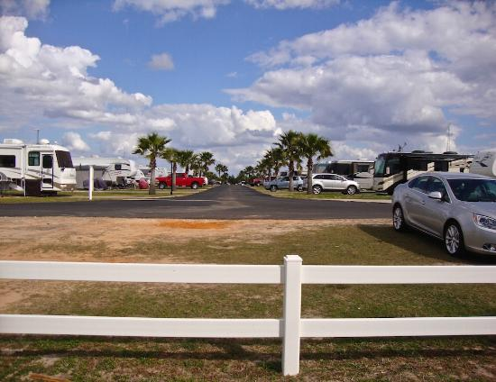 Rainbow RV Resort: Beautiful sites, enough room to get in.