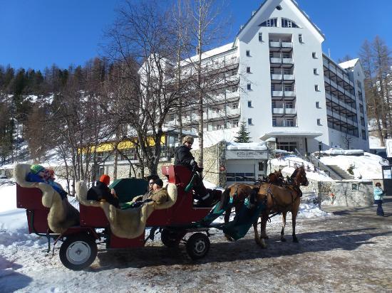Hotel Schweizerhof : Hotelansicht und Pferdekutschen zum Fextal