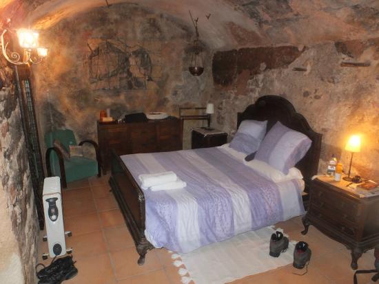 Can Seuba: Cellar bedroom
