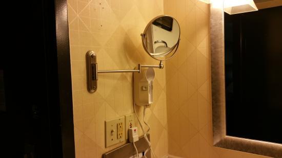 Wyndham Garden Dallas North: old bathrooms