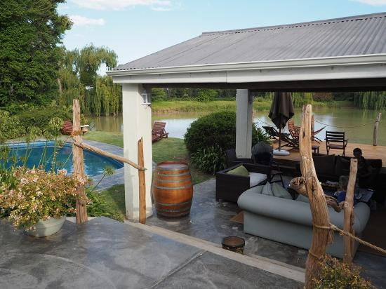 Broadlands Country House: Versatility: here by the swimming-pool, one can enjoy either a braai or (if it is raining) a bar