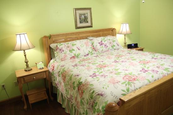 Garden Gate Get-A-Way Bed & Breakfast: Bed in Summer Breeze Suite, Garden Gate Get-A-Way B&B