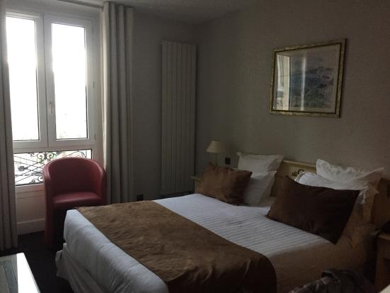 Quality Hotel Malesherbes by HappyCulture: Bedroom - 4th Floor Room 42   Small but perfect size for 2 for a weekend break