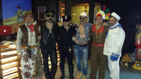 Orbassano, Italia: I Village People dopo l 'esibizione all 'Hell's Chicken