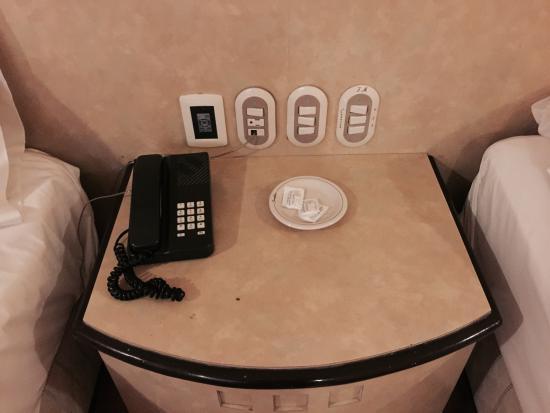 """Hotel Panorama : """"No fumadores""""??? Marcas de cigarrillos en la mesa de noche por ejemplo y el olor en la habitaci"""