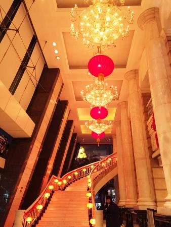 Clarion Hotel Tianjin: Lobby at night