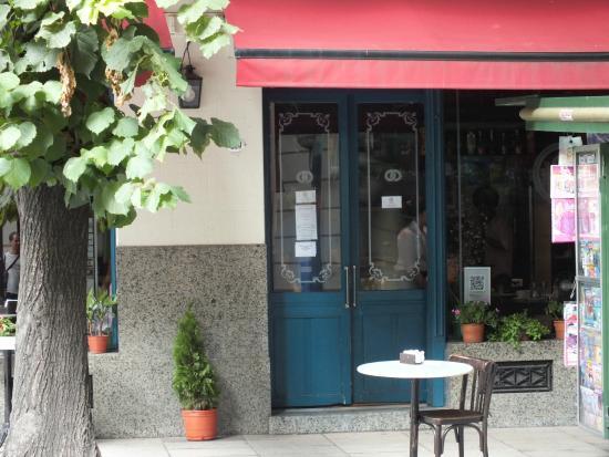 Dos Escudos Cafe: A entrada da simpática cafeteria