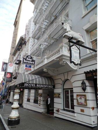 fachada e pub ao lado picture of hotel beresford san. Black Bedroom Furniture Sets. Home Design Ideas
