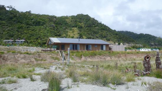 Hydrangea Cottages : Takutai house seen from the beach