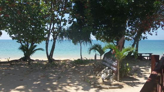 Libong Beach Resort: Udsigten fra vores bungalow. Højvande ca 10-17