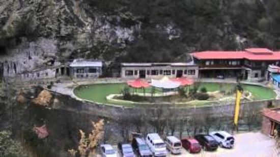 Natural Bridge of Xianggelila: プールのような露天風呂