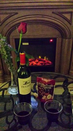 Chantilly Lace Country Inn: We enjoyed some wine and Chocolate wine grapes by fire