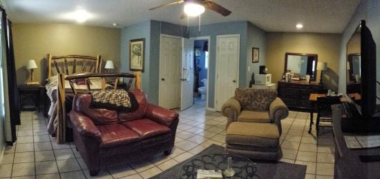 Chantilly Lace Country Inn: Large closet to store luggage and clean bathroom with shower