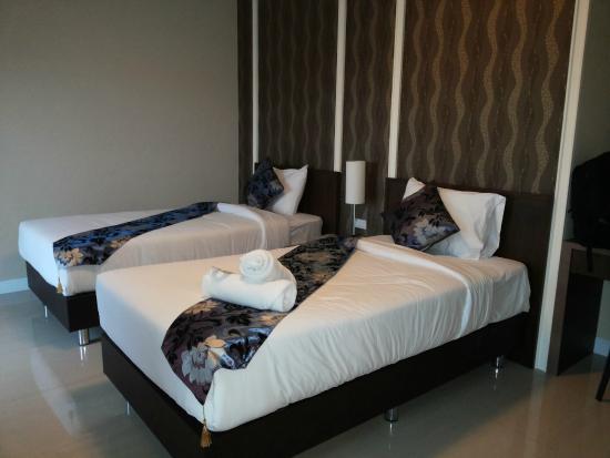 The AIM Sathorn Hotel : 2 single bed