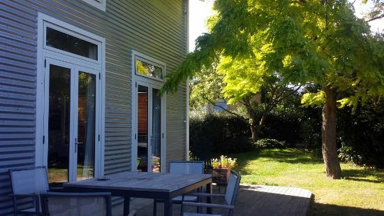 Korohi Vineyard B&B : De Vine has its own private deck overlooking the vineyard.