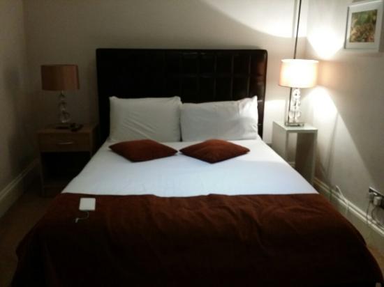 Eaton Square Hotel : Letto queen size