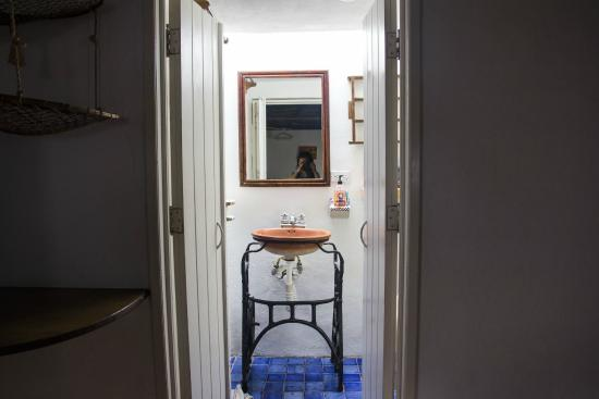 Tamarindo Bed and Breakfast: lovely bathroom with skylight